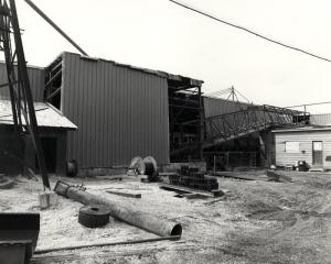 Convoyeur à l'extérieur de l'usine de sciage Fraser de Kedgwick