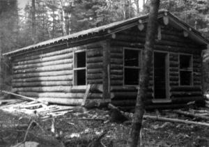 Habitation en bois rond for Camp en bois rond