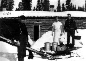 Trois travailleurs devant le camp 39