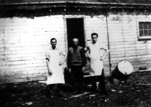 Travailleurs devant un camp