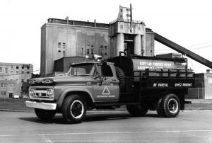 Un camion à incendie de la Restigouche à l'usine Fraser d'Edmundston en 1957