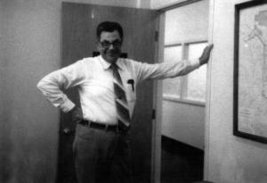 M. Bob Clark dans un bureau de la compagnie Fraser d'Edmundston