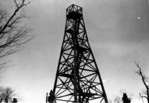 La tour Atkinson Lookout située près de la tête de la rivière Iroquois et du ruisseau Jalbert