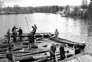 Draveurs dégageant des billots à la culée d'un pont