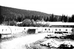 Camps Quonset dans la cour du Summit Depot