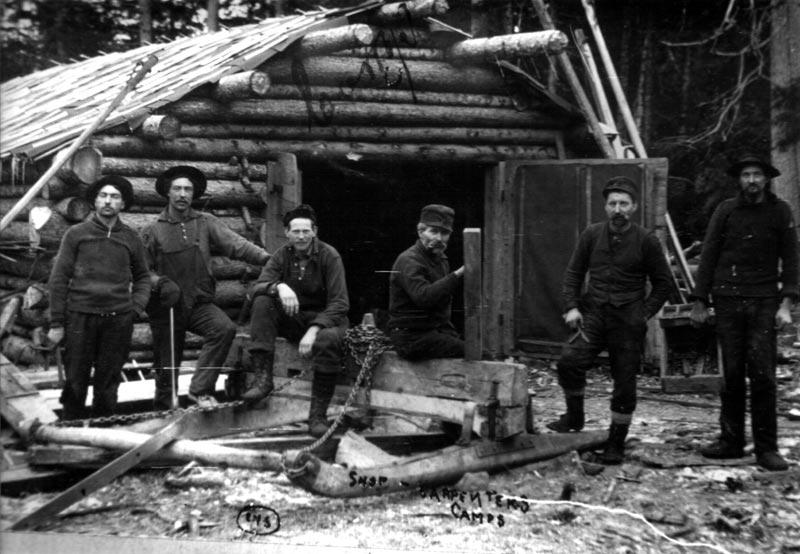 Ouvriers devant un camp en bois rond for Camp en bois rond