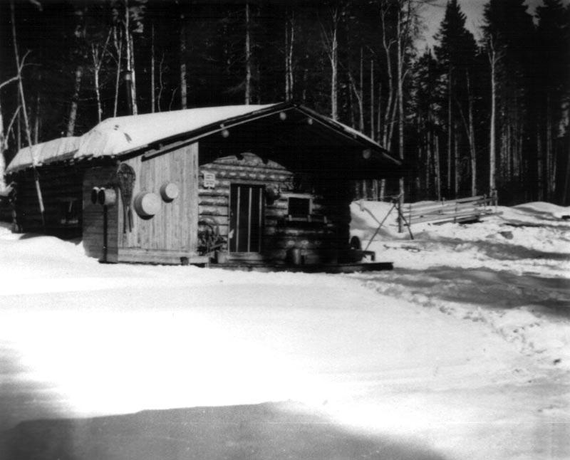 Camp de bois rond pr s de la rivi re iroquois for Camp en bois rond