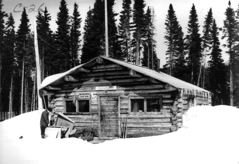 Bureau en bois rond durant l 39 hiver for Camp en bois rond