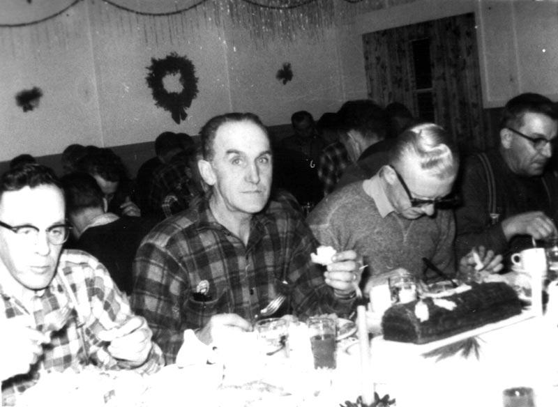 Quatre travailleurs au repas de no l - Repas noel original ...