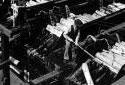 Hommes travaillant aux écorceuses de l'usine Fraser d'Edmundston