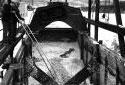 Deux hommes débloquent des copeaux d' un wagon