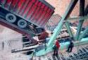 Déchargement d'un camion de copeaux à l'usine Fraser d'Edmundston