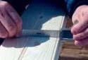 Mesure d'une planche à l'usine de rabotage Fraser de Plaster Rock